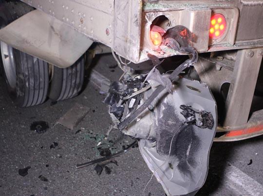 Car slams into transport December 18, 20203